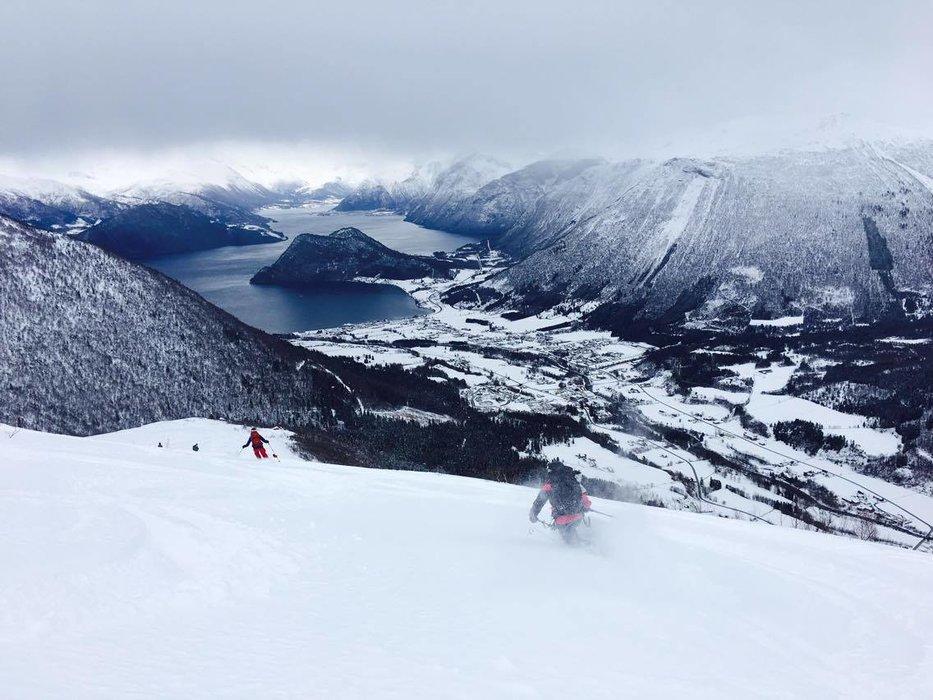 Det var fantastisk snø på vei ned fra Kaldtinden i Måndalen i Romsdal i helgen. - © Marit Øwre-Johnsen
