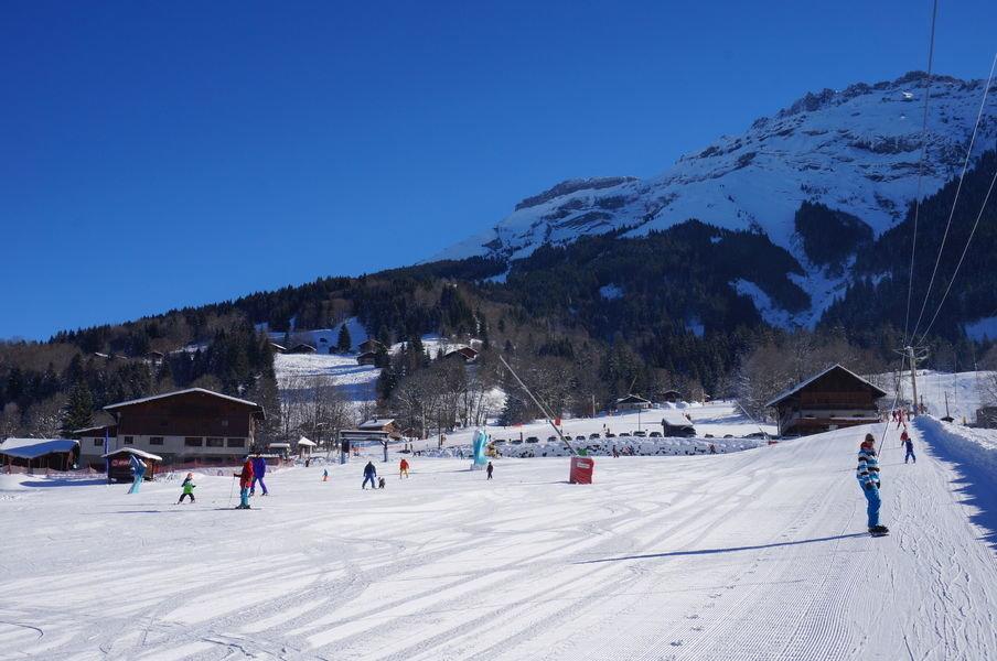 LE front de neige et le départ des pistes de ski de Sixt Fer à Cheval - © Office de tourisme de Sixt Fer à Cheval
