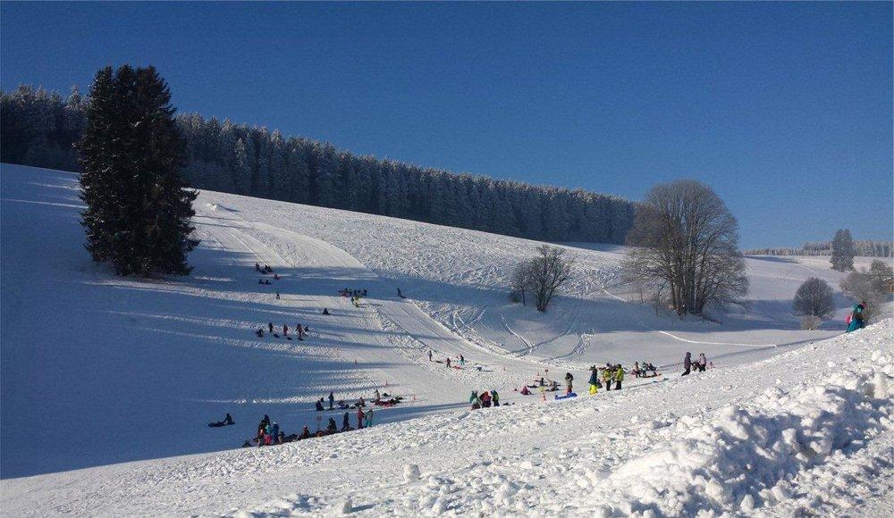 Blick auf den Schlossberg im Ferienland Schwarzwald - © www.skilift-schlossberg.de