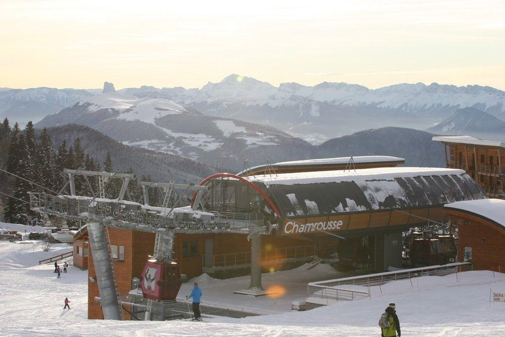 Le départ des remontées mécaniques de Chamrousse depuis le front de neige - © OT Chamrousse