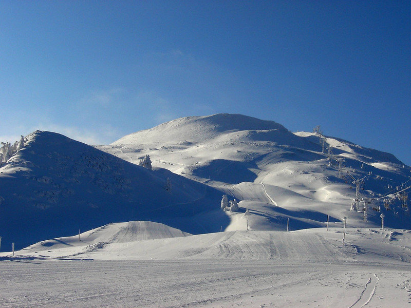 Im Skigebiet Chur-Brambrüesch erwarten euch viele breite Pisten und viel Platz zum Skifahren. - © Chur Tourismus