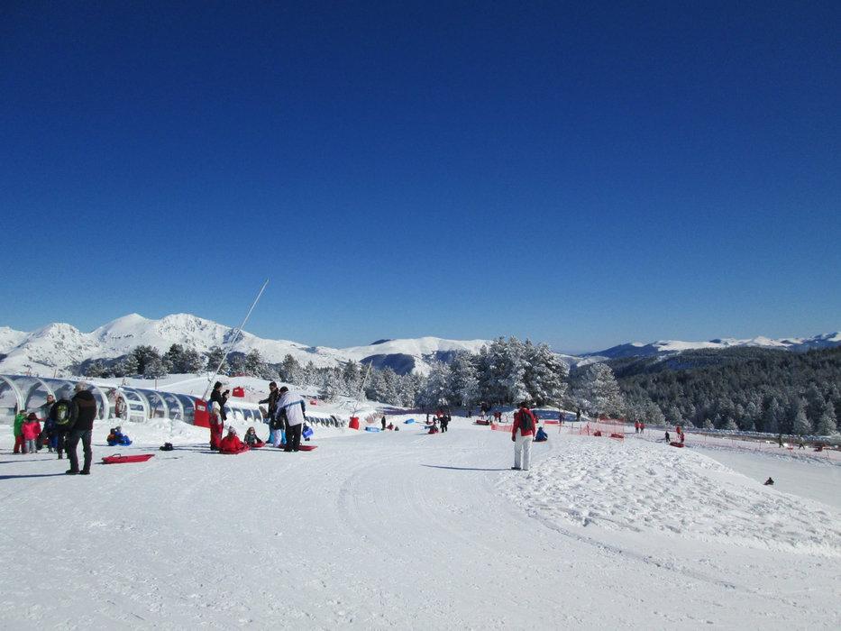 Conditions idéales (soleil et neige fraiche) sur les pistes de ski de Beille - © Station de Beille