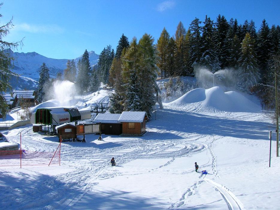 Le front de neige de Doucy et son télésiège donnant un accès direct au domaine skiable de Valmorel - © Office de tourisme de Valmorel