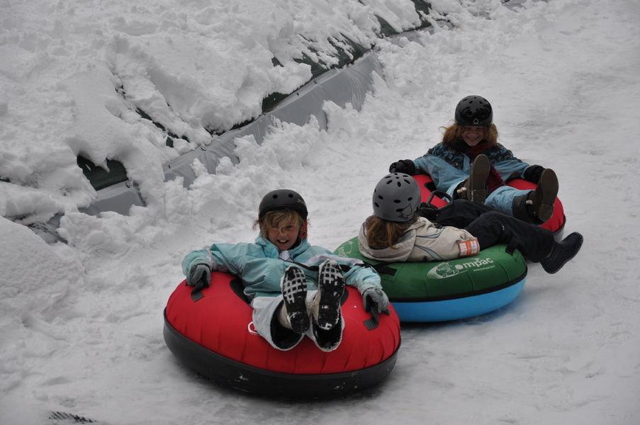 Fou rire garanti pour les grands et le les petits sur la piste de snow tubing du Col de Marcieu - © Chartreuse Tourisme