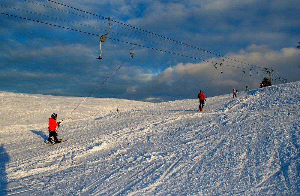 Mit dem Lift entspannt zum Gipfel im Skigebiet Hemberg-Bächli - © Skilift Hemberg