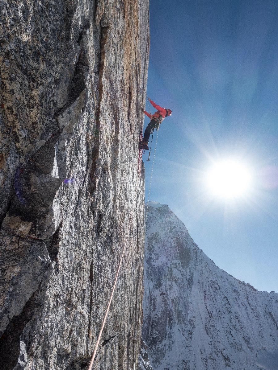 Bestes Wetter, bester Riss. Leider zu kalt für Kletterschuhe und Magnesia. 6a/A2 - ©Timeline Productions