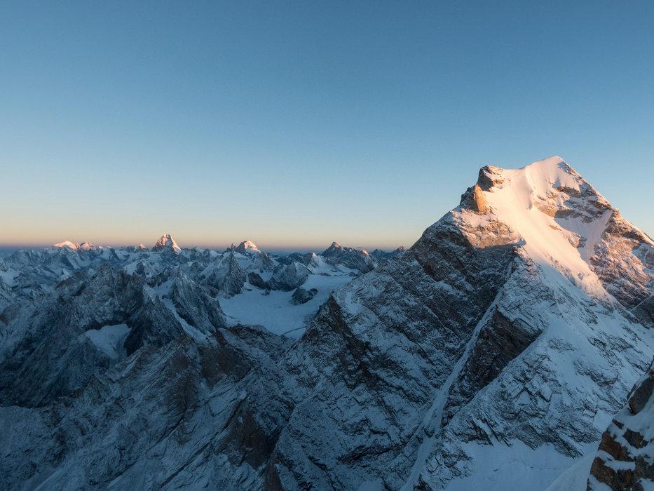 Die ersten Sonnenstrahlen kitzeln die Gipfel der Kaschmirberge, viele davon sind noch unbestiegen - ©Timeline Produtions