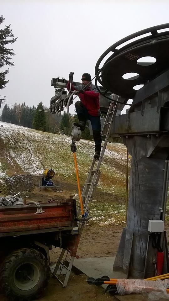 Napínání lana na novou dvoukotvu - © Desná - Černá Říčka - facebook