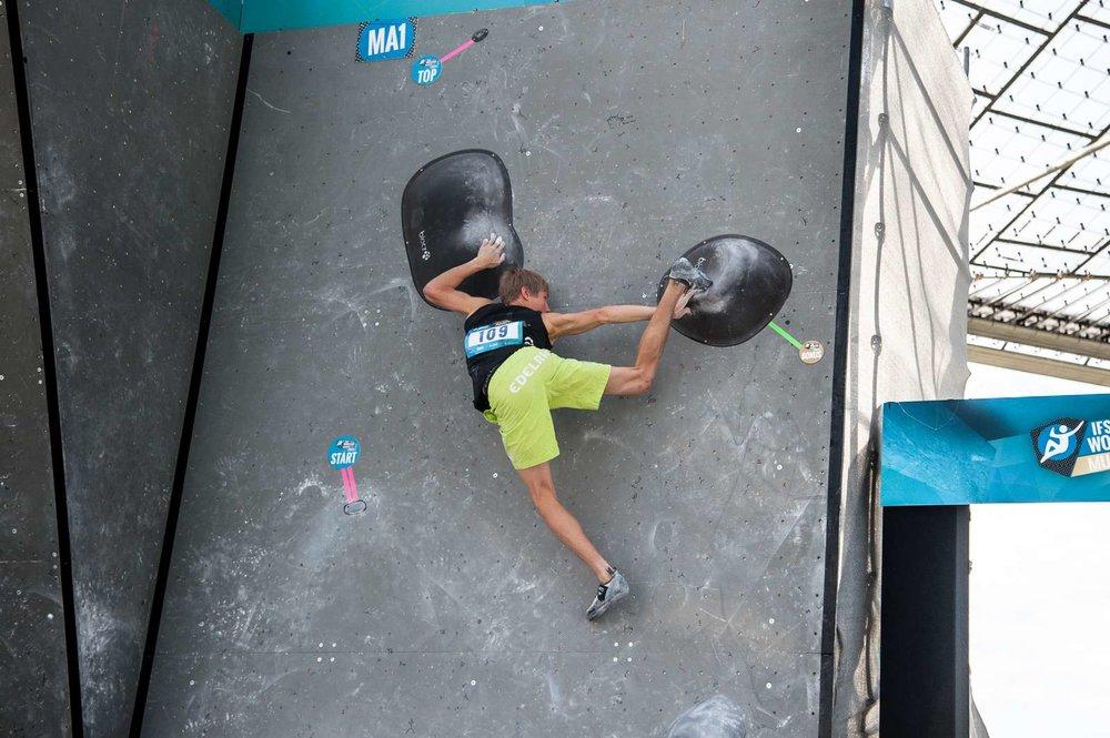 Alex Megos bringt sein Bein hoch - © DAV / NIls Noell