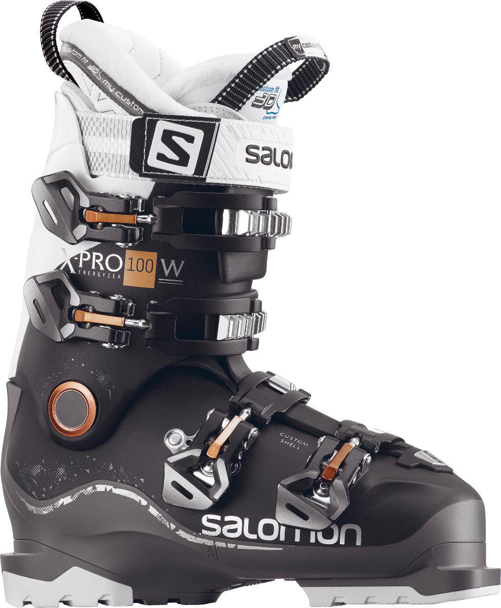 Pesant moins de 2 kg, la chaussure de ski Salomon X PRO 100 bénéficie d'une conception de coque Twinframe² avec un châssis en polyamide qui accroît le flex et le rebond lors des virages rapides sur tous les terrains. – 399,00€ - © Salomon