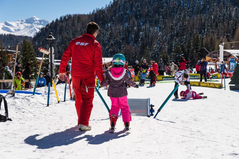 Apprentissage du ski au jardin d'enfants des Karellis sous l'encadrement d'un moniteur ESF - © Alban Pernet