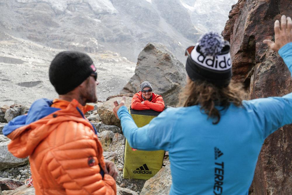 Bouldern an den Granitblöcken rund um das Basislager - © Timeline Productions