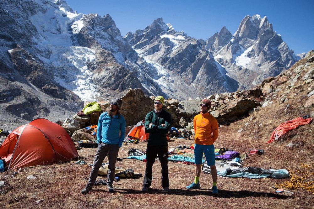 Packtermin im Basislager. Das Trio sortiert alles für ihr großes Abenteuer. - © Timeline Productions
