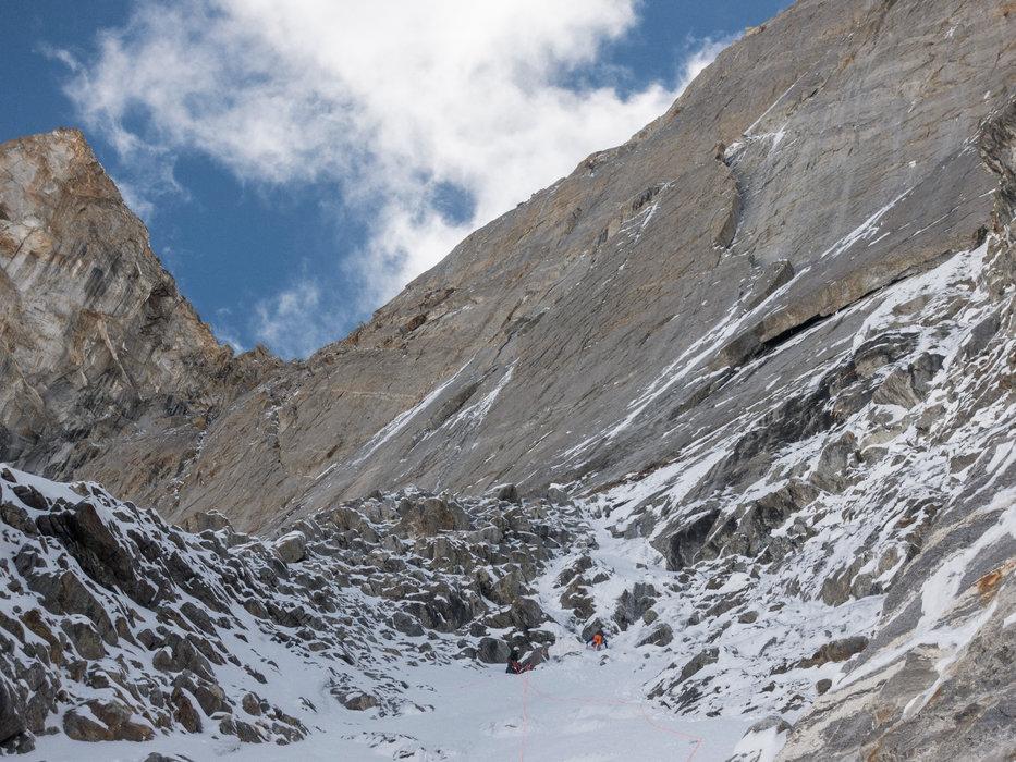 Die ersten 400 Meter verlangen kombinierte Kletterei, der Zustieg zur eigentlichen Wand! - © Timeline Productions