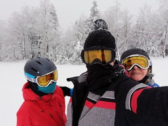 Zieleniec Ski Arena - Byliśmy 12-13 stycznia. Warunki dobre, nie wiem dlaczego niektórzy piszą że dziury i muldy..? Jeździć nie potrafią i wszystko im przeszkadza! Ludzi trochę się przewija więc normalne że tworzą się lekkie muldy. Wieczorem ratrak przeje - © Krzys-H