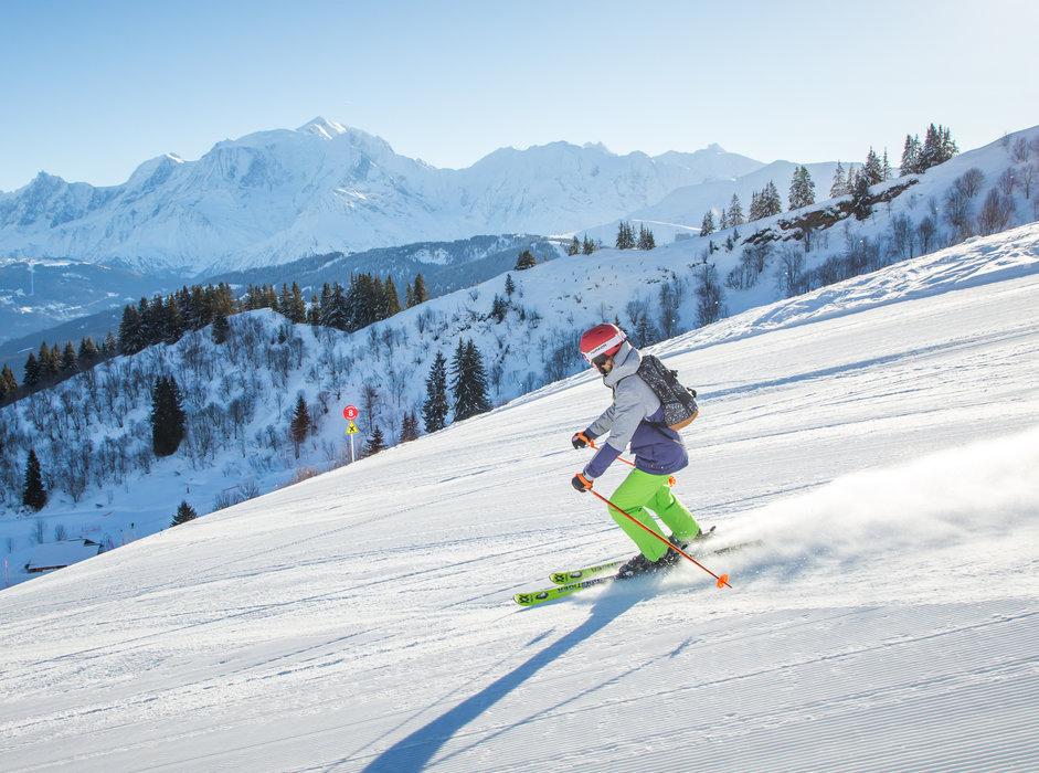 Les plaisirs de la glisse sur les pistes fraichement damées de Combloux - © Office de Tousrisme de Combloux