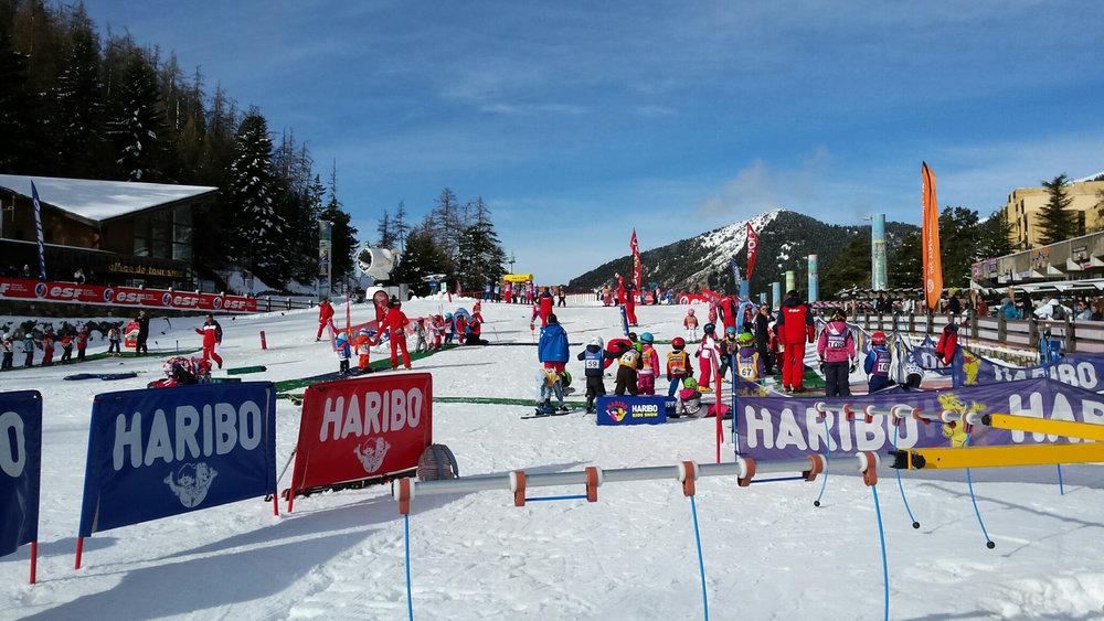 Apprentissage du ski sur l'espace débutants de la Colmiane - © Station de ski de la Colmiane