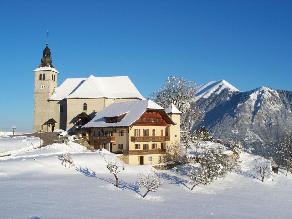 L'église du Mont Saxonnex dans son décor de carte postale - © Serge Laurent