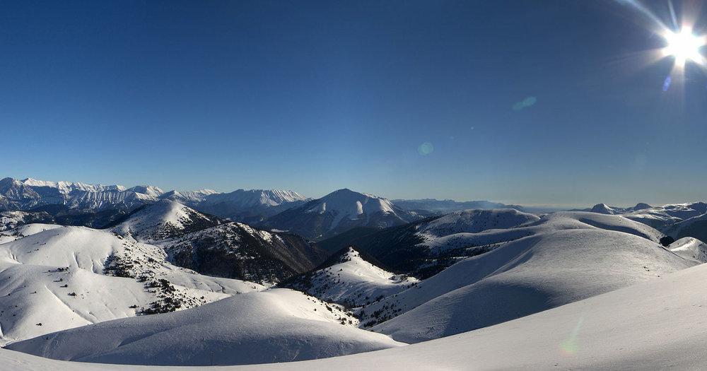 """Ski version """"grand large"""" sur le domaine skiable de Chabaon avec vue sur Tête Grosse - © Station de Chabanon"""