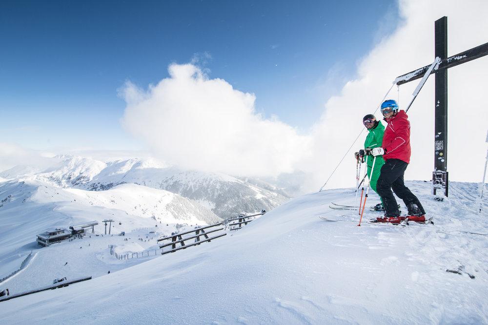 Hochkrimml: Skifahrer bei Gipfelkreuz - © Zillertal Arena