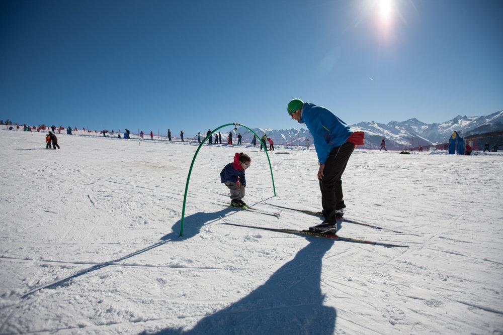 Apprentissage du ski nordique sur l'espace débutants du Val d'Azun - © Espace nordique du Val d'Azun