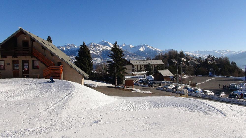 La station de Laye et son parking principal, à quelques pas seulement des pistes de ski - © Stéphane GIRAUD-GUIGUES / Skiinfo
