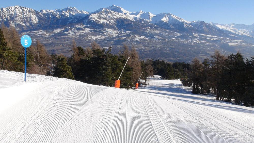 Conditions de ski idéales (neige fraiche et soleil généreux) sur les pistes de Laye en Champsaur - © Stéphane GIRAUD-GUIGUES / Skiinfo