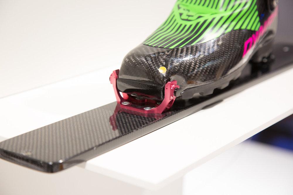 Der P49 besteht aus einem deutlich reduzierten Zehenteil mit zweiseitigen Führungsnuten, die sich um die Stifte herum schließen, die direkt am DNA Pintech Race Boot mit einem einfachen, aber langlebigen Federsystem befestigt sind. Der Einstieg in die Bindung wird wesentlich einfacher, komfortabler und schneller. Dadurch konnte auch das Gewicht der Bindung deutlich auf ultraleichte 49 Gramm reduziert werden. - © Skiinfo | Sebastian Lindemeyer