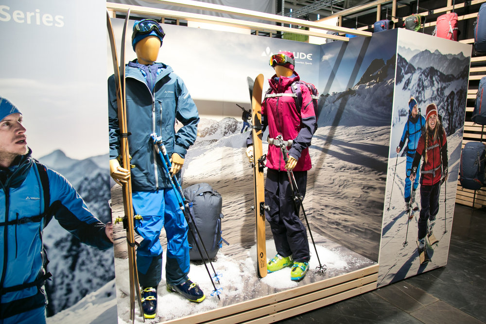Freeride-Outfits am Stand von VAUDE - © Skiinfo | Sebastian Lindemeyer