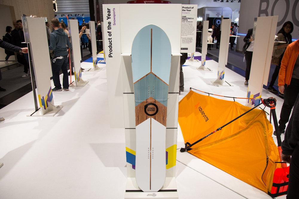 Die FUS3D™ Technologie verwendet eine 3D-Drucktechnik namens Fused Deposition Modelling, um eine recycelbare thermoplastische Seitenwange mit dem Holzkern zu verbinden. Die Technologie dient der Herstellung von Kernen beliebiger Boardshapes. Das patentierte Verfahren, die einzigartige Maschine und die maßgeschneiderte Materialformel erhöhen die Haltbarkeit der FUS3D™-Kerne sowie die Produktionsflexibilität und die allgemeine Qualität. - © Skiinfo | Sebastian Lindemeyer