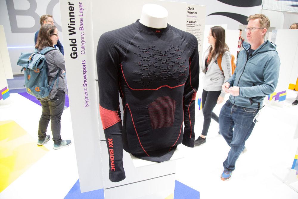 ThermoSyphon je ďalší vývojový stupeň systému 3D Bionic Sphere. Vďaka novému dizajnu je možné ešte presnejšie prispôsobenie požiadavkám konkrétneho tela a športu. Zväčšená odvetrávacia plocha, zlepšená stabilita 3D vlákien a vylepšené odvádzanie vlhkosti  - © Skiinfo | Sebastian Lindemeyer