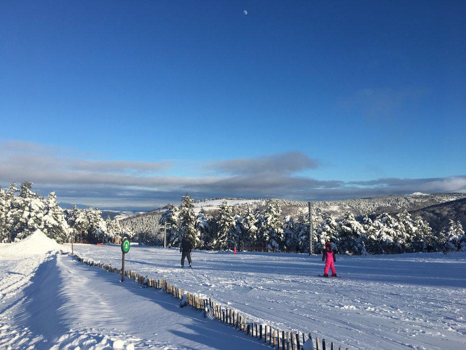 Conditions de ski idéales (neige fraiche et soleil généreux) sur les pistes du Bleymard Mont Lozère - © Station du Bleymard Mont Lozère
