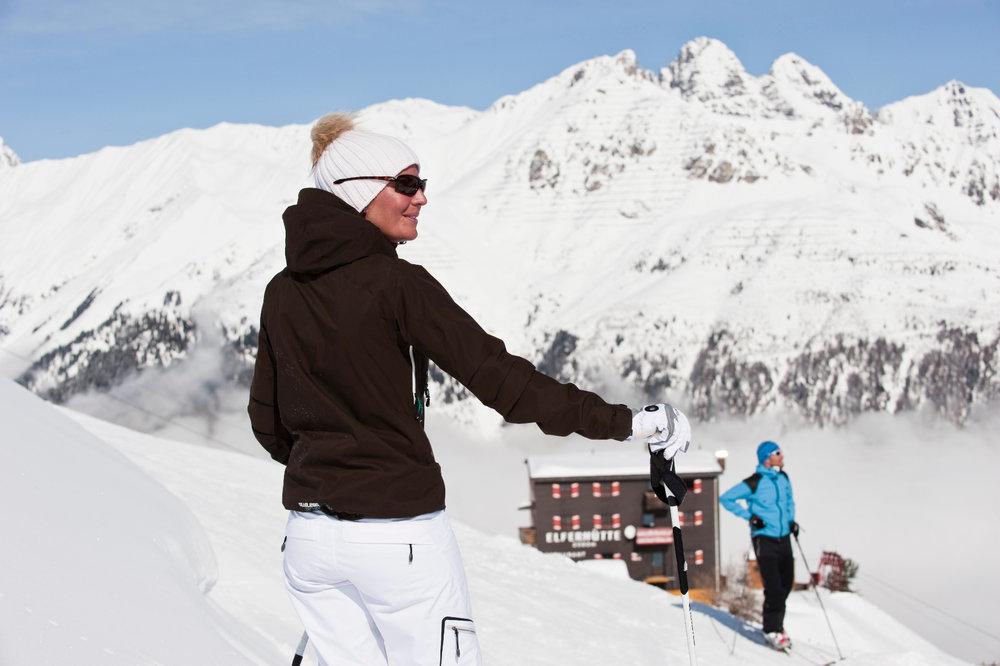 Skifahrer vor der Elferhütte - © TVB Stubai Tirol | Andre Schönherr