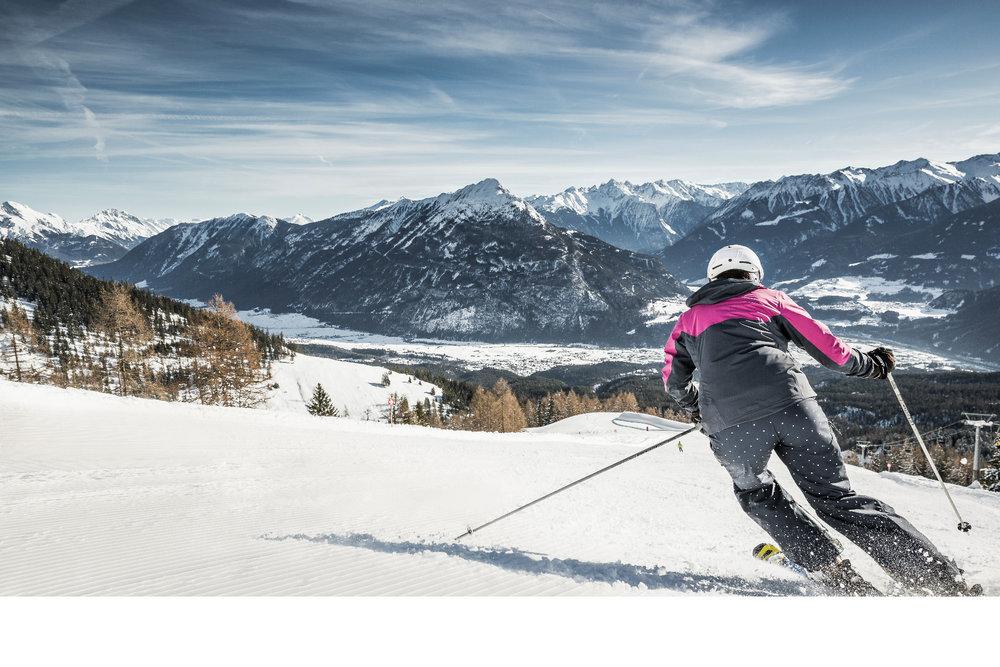 Hoch oben über Imst kann man entspannte Schwünge ziehen - © Imster Bergbahnen | Rudi Wyhlidal