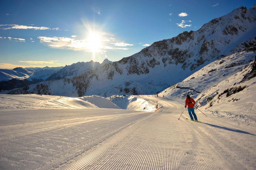 Première descente de la journée sur les pistes de ski de Luchon Superbagnères - © T. STAYDENMEYRER