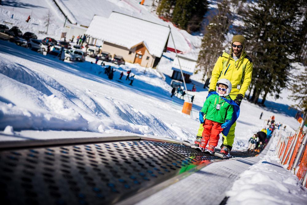 Les plaisirs du ski en famille sur le domaine skiable du Col de Marcieu - © Bruno Lavit