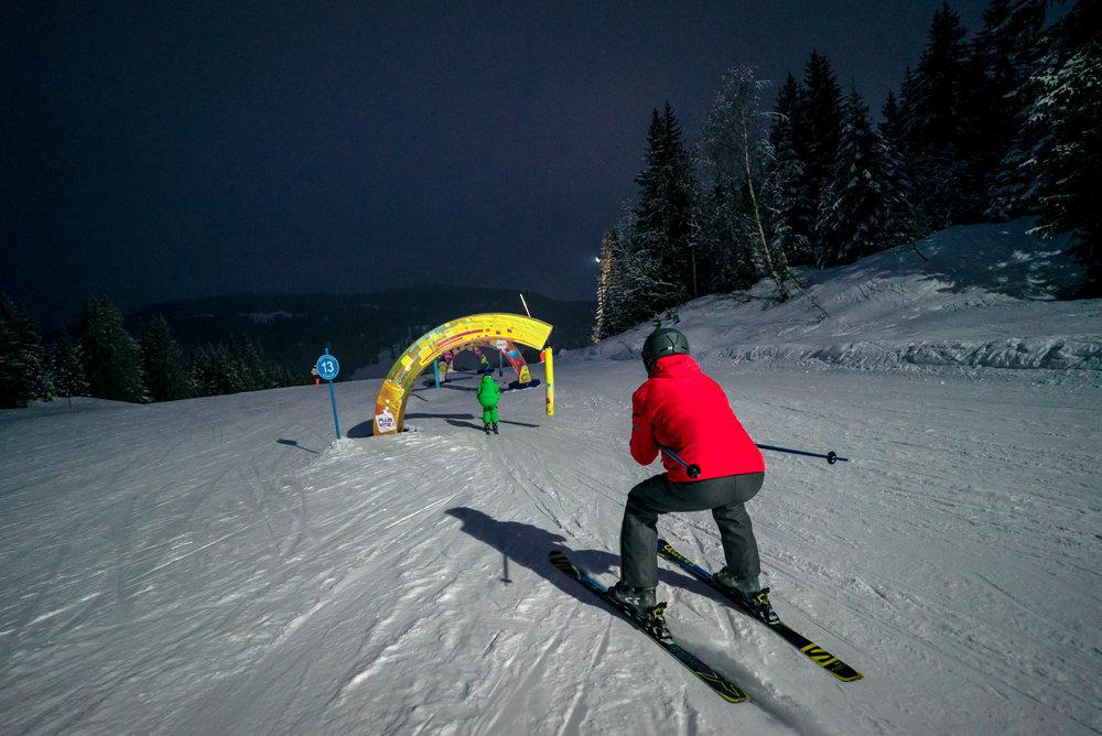 A la nuit tombée, à Manigod, on rechausse les skis pour quelques descentes supplémentaires... - © Manigod Labellemontagne