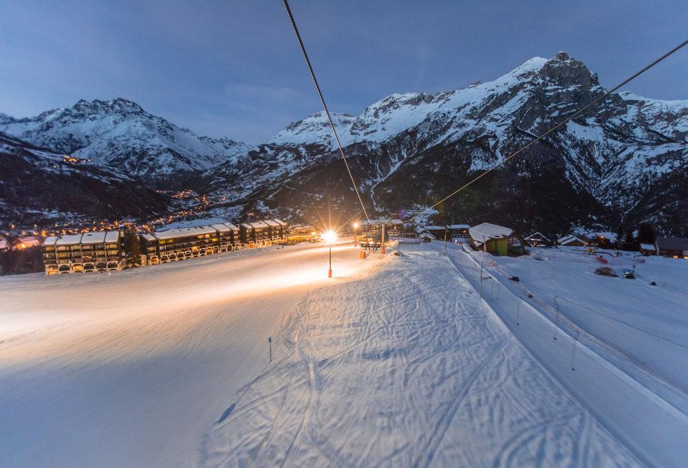 Le soir venu, le front de neige de Puy Saint Vincent s'illumine : place au ski nocturne ! - © Thibaut BLAIS / OTI du Pays des Écrins