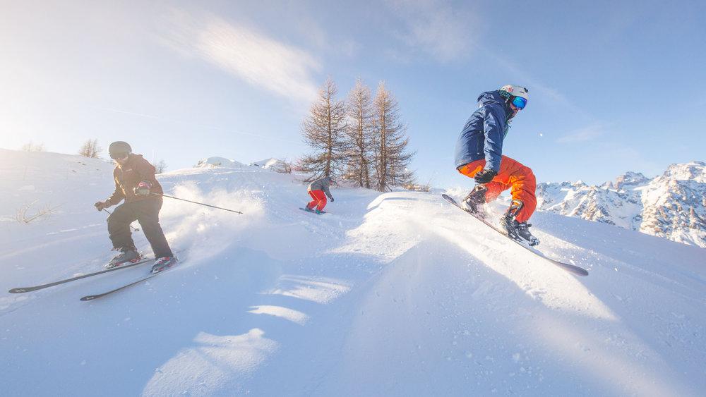 Ski entre amis à Puy Saint Vincent - © Thibaut BLAIS / OTI du Pays des Écrins