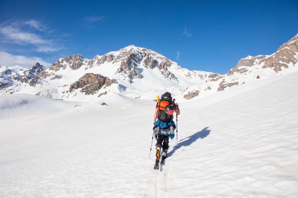 En route vers les sommets ! Au départ de Pelvoux, de nombreux itinéraires de ski de randonnées s'offrent à vous. - © Thibaut BLAIS / OTI du Pays des Écrins