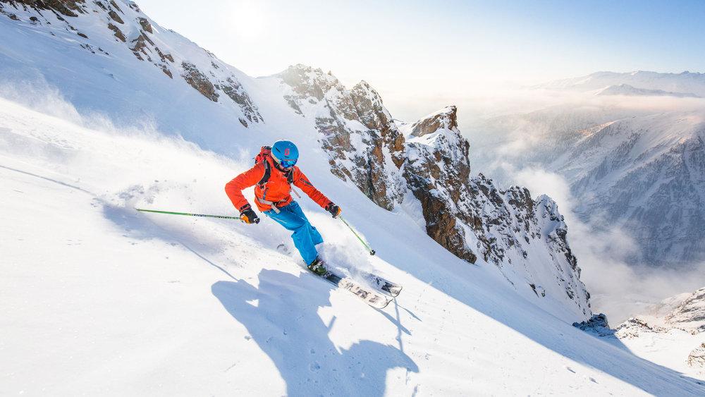 Session ski hors piste sur les pentes enneigées de Pelvoux (une station très prisée par les amateurs de freeride) - © Thibaut BLAIS / OTI du Pays des Écrins