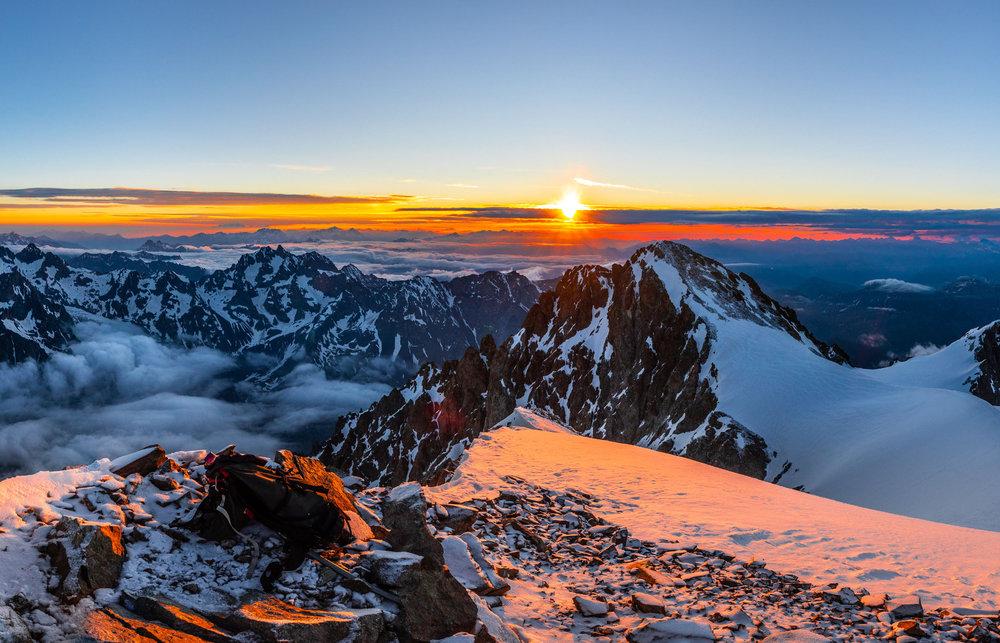 Décor de carte postale hivernale au moement du lever de soleil sur les sommets environnants Pelvoux - © Thibaut BLAIS / OTI du Pays des Écrins