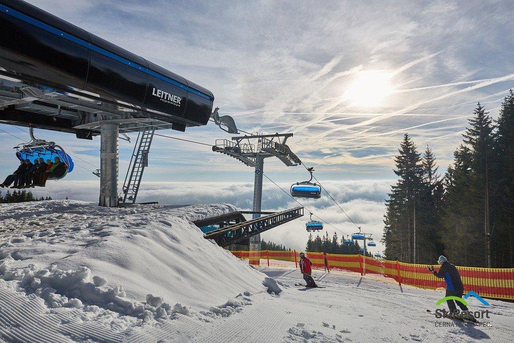 Nová sedačková lanovka Hofmanky Express přepravuje lyžaře až do výšky 1033 metrů nad mořem. - © SkiResort ČERNÁ HORA - PEC