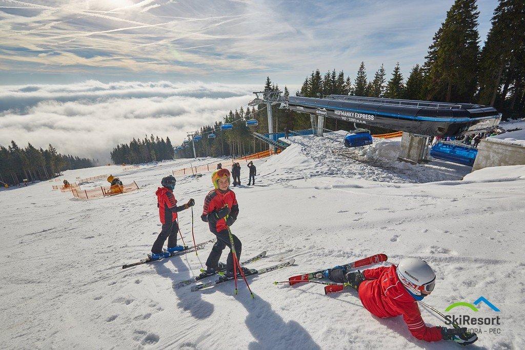 Lyžování pod lanovkou Hofmanky Express - © SkiResort ČERNÁ HORA - PEC