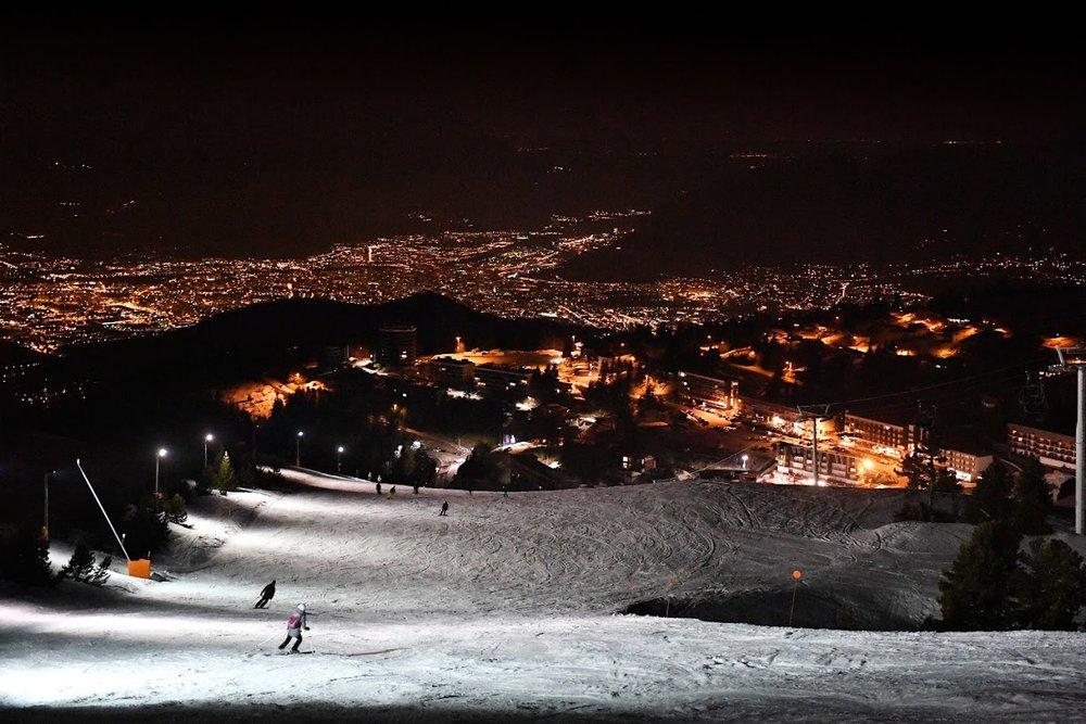 A Chamrousse, les plaisirs du ski se prolongent jusque tard en soirée grâce au ski en nocturne - © Fred Guerdin / Office de Tourisme de Chamrousse