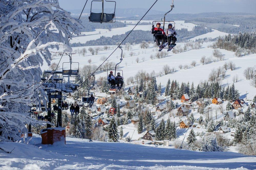 Lyžaře na sjezdovky ze strany Čenkovic přepravuje kromě vleků i 2-sedačková lanovka - © Skiresort Buková hora