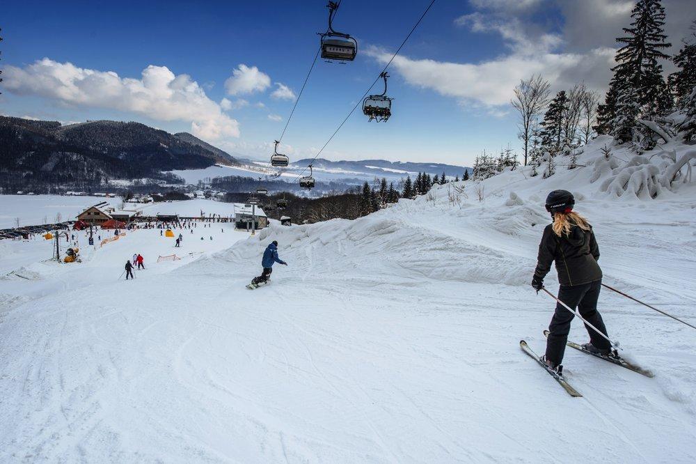 Široké sjezdovky ve Skiparku Červená Voda obsluhuje moderní čtyřsedačková lanovka  - © Skiresort Buková hora