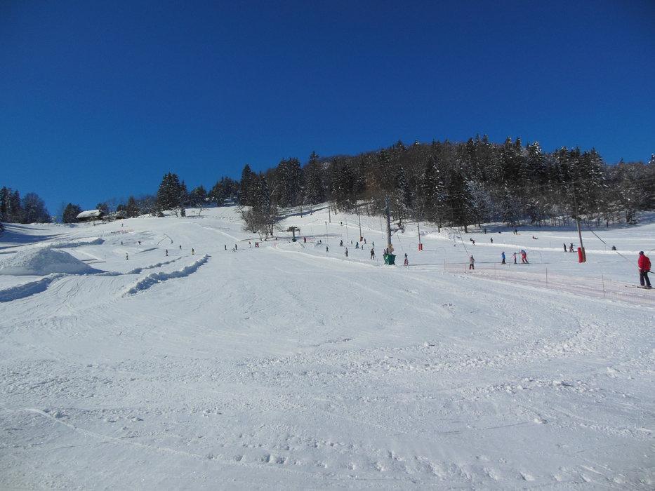 Conditions de ski idéales (soleil et neige fraîche) sur les pistes de ski de Montmin Col de la Forclaz - © SAEM Montmin