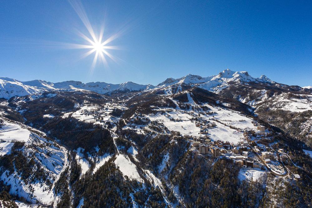 Vue sur la station de ski du Sauze, ses résidences et son domaine skiable - © Bertrand Bodin