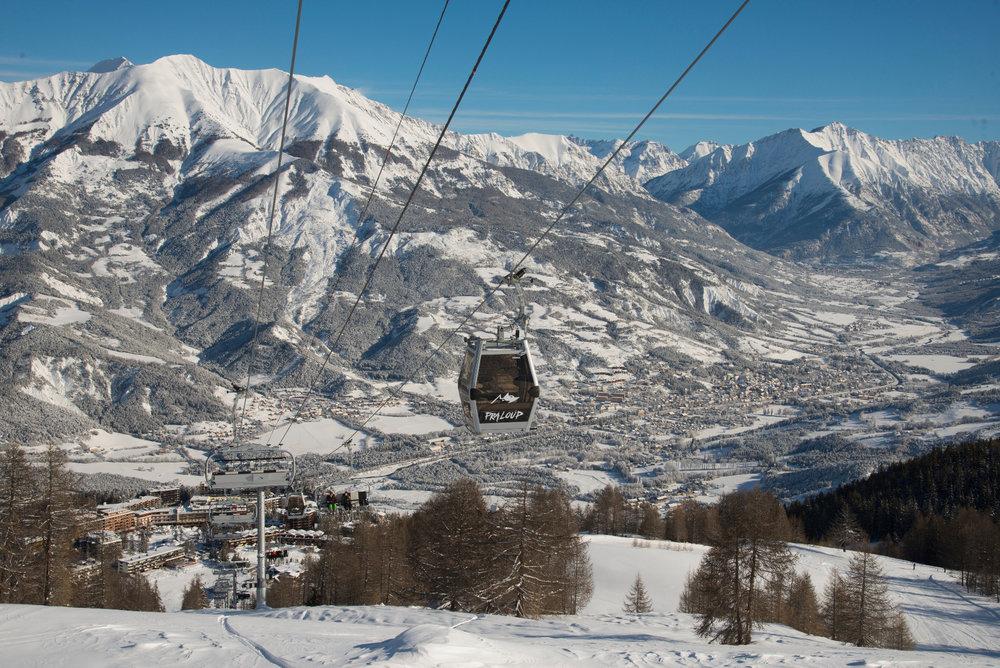 En route pour les pistes de ski de Praloup via la télécabine... - © Manu Molle